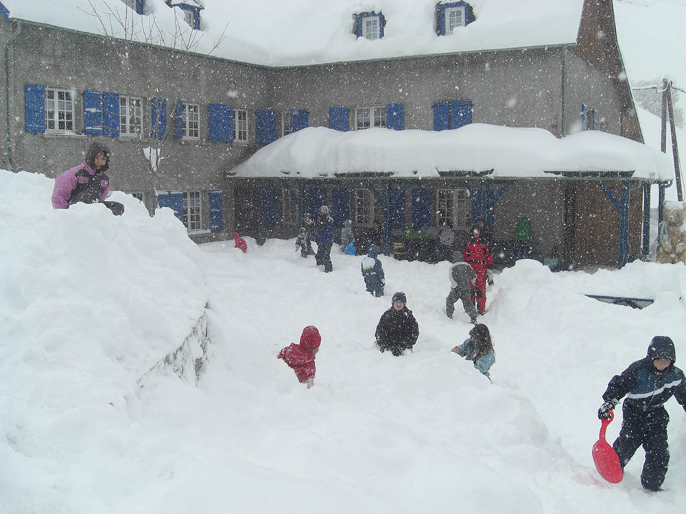 groupe d'enfants sous la neige